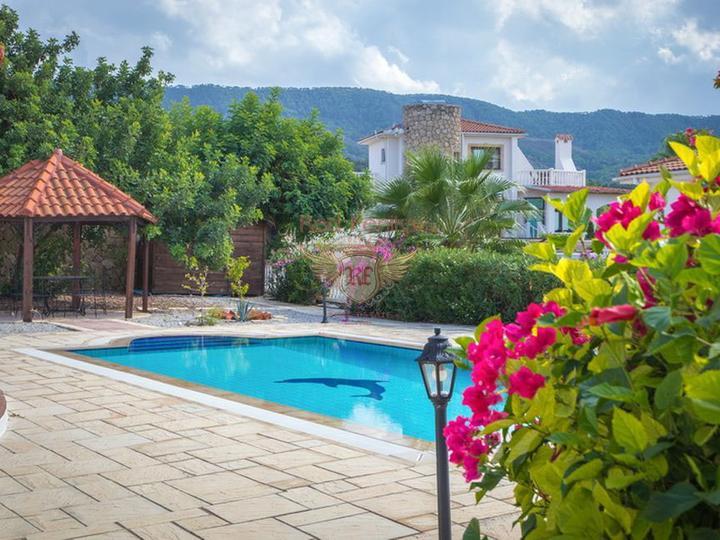 Вилла с 3 спальнями + бассейн 10 х 5 м + кондиционер + полностью меблирована + потрясающий вид на море, Дом в Кирения Северный Кипр