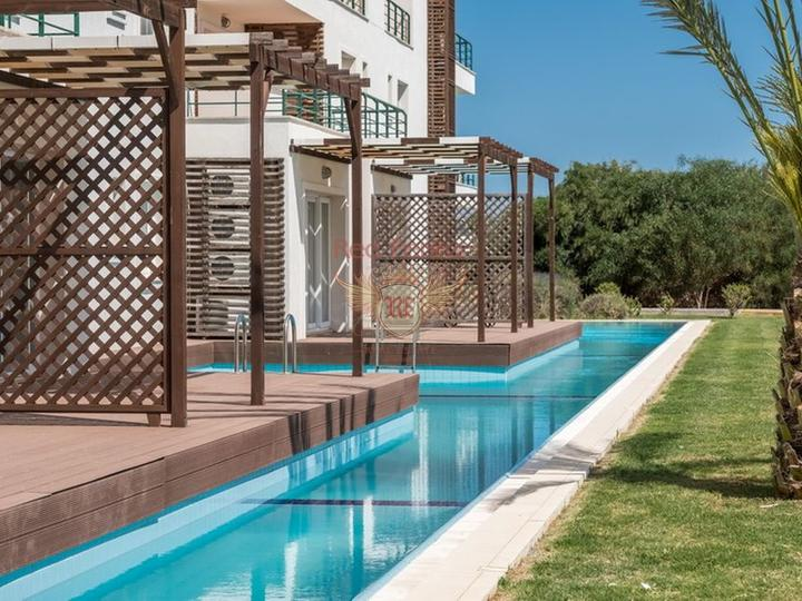 Роскошные апартаменты 2 + 1 + общий бассейн + СПА-центр + песчаный пляж + план оплаты + Титул до 74 лет в Турции, купить квартиру в Фамагуста