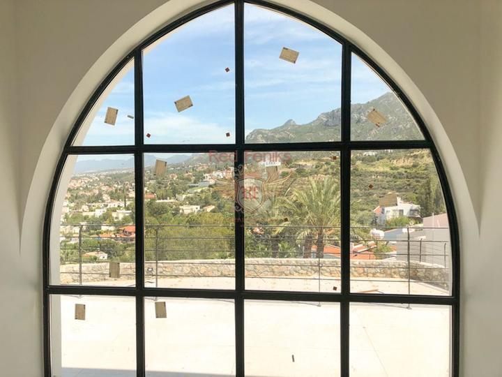 Роскошная вилла с 4 спальнями + новый ремонт + бассейн + вид на море и горы, Дом в Кирения Северный Кипр