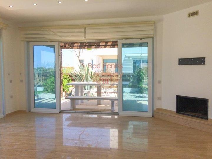 Вилла с 4 спальнями + на берегу моря + бассейн + частный причал, Дом в Кирения Северный Кипр