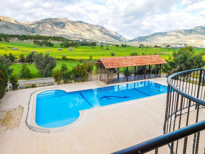 Роскошная вилла с 5/6 спальнями + бунгало с 2 спальнями + огромный бассейн, купить дом в Кирения