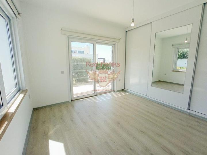 Вилла с 4 спальнями + на берегу моря + бассейн + частный причал, купить дом в Кирения