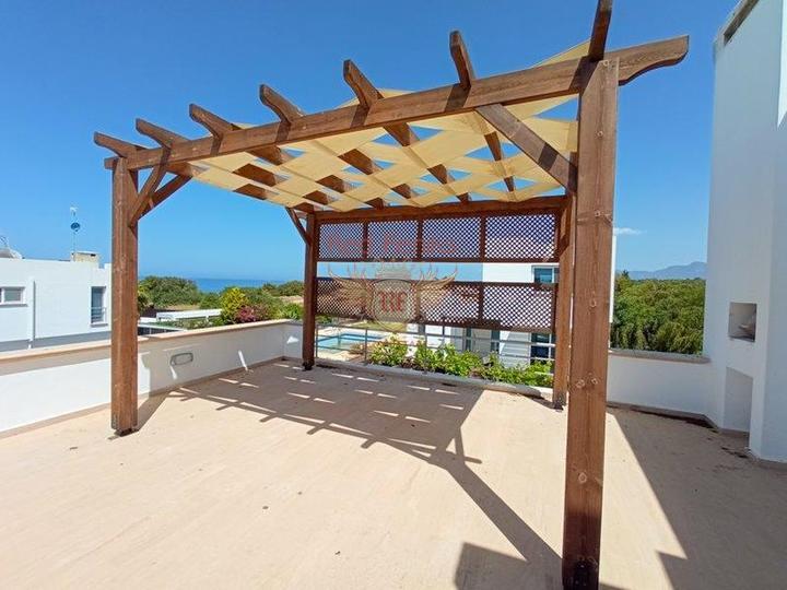 Вилла с 4 спальнями + на берегу моря + бассейн + частный причал, купить виллу в Кирения