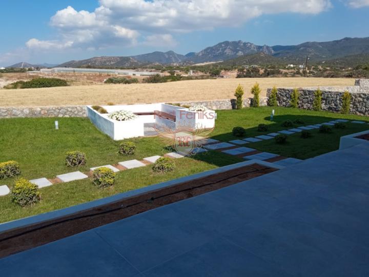 Вилла класса Люкс с 4-мя спальнями + общий бассейн + вид на море и горы + ухоженный двор + недалеко от пляжа, Вилла в Фамагуста Северный Кипр